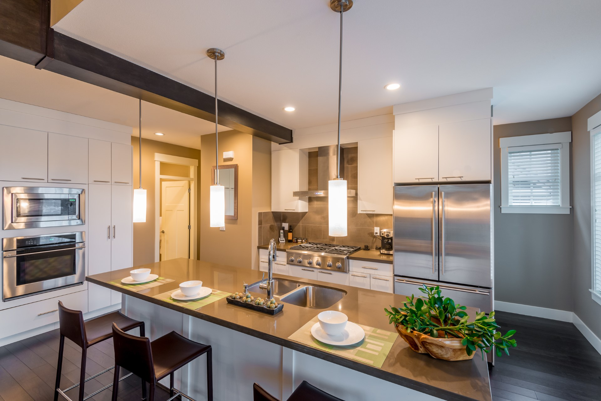Definitely a very hard color set up to conquer, this tri-color paint job if done properly can make a kitchen stand out like no other. Updated with all the modern stainless steel appliances, this kitchen is a fantastic decoration that makes it home.