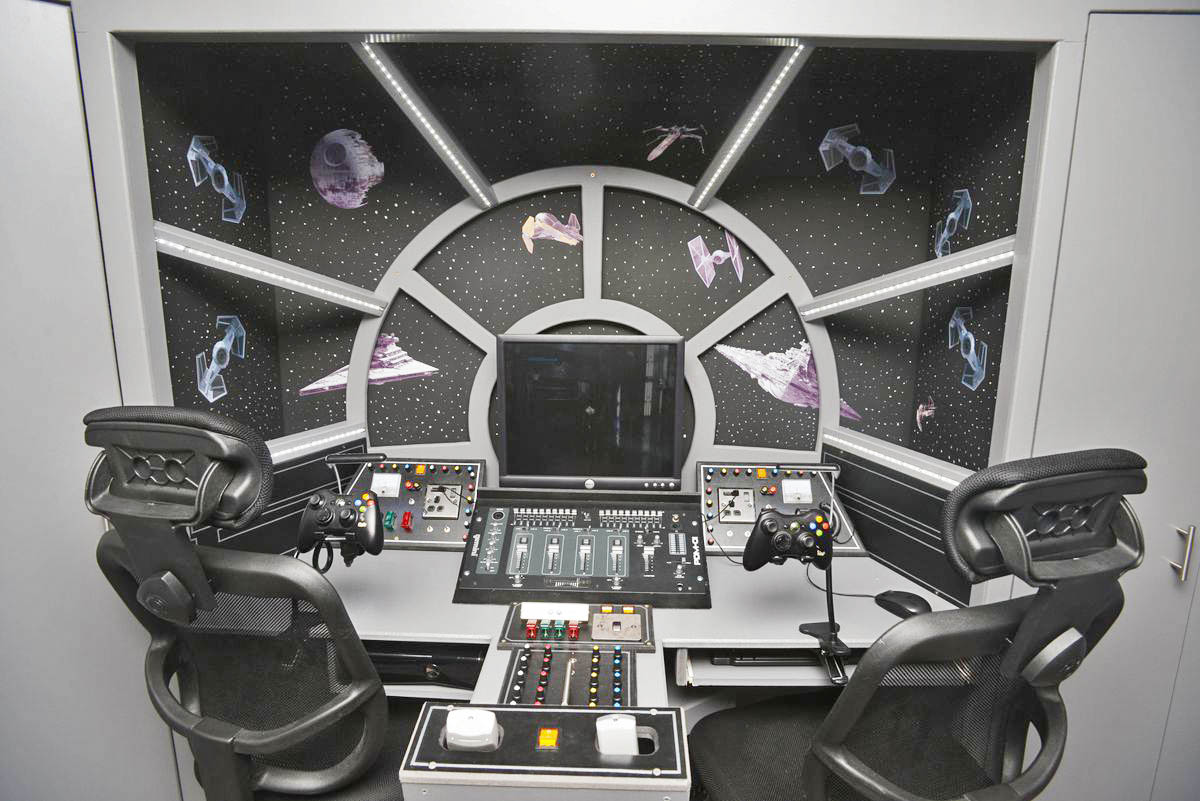 Take a ride in this realistic millennium falcon cockpit,or just play Xbox 360 the gamer way.